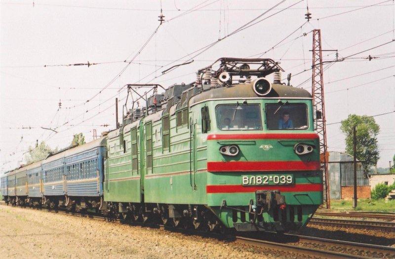 Электровоз ВЛ82м - устаревшее, но широко применяемое техническое решение для пассажирских поездов